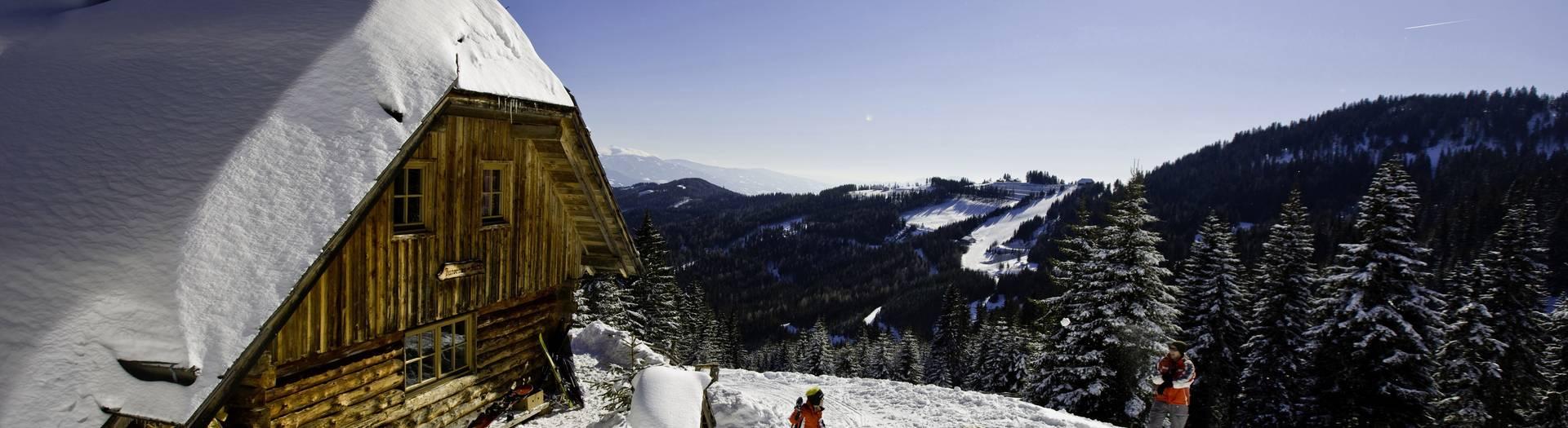 Schneeballschlacht bei der Hütte