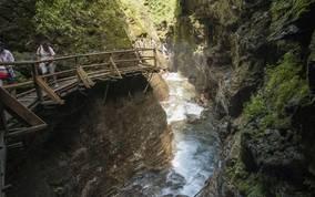<p>Die wildromantische Raggaschlucht in Flattach in der Nationalpark-Region Hohe Tauern ist eine besondere Attraktion. Umgeben von Wasserfällen auf konstvoll angelegten Stegen eine Besonderheit durchwandern.</p>