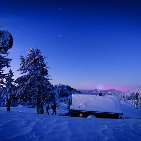Wandern in Winterlandschaft im Naturpark Dobratsch in der Region Villach